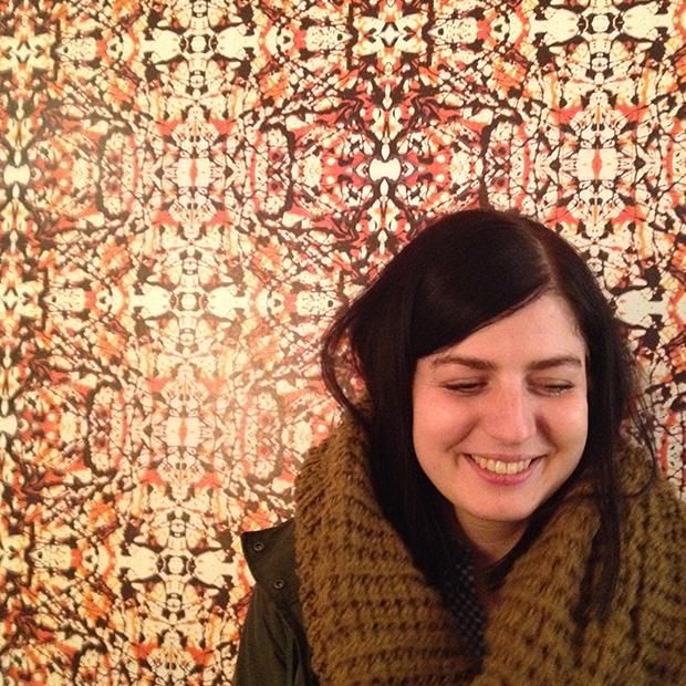 Jana Eger vor der Caramell-Tapete von Gosia Warrink
