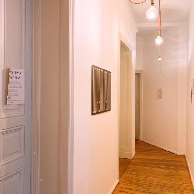 Foto von den Büroräumen mit den Anmeldeplakaten