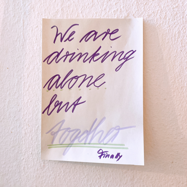 Foto von der Plakatbewerbung mit dem Spruch, We are drinking alone but together